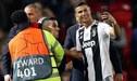 El tierno gesto de Cristiano Ronaldo con un hincha que saltó al campo del Old Trafford [VIDEO]
