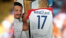 El fotógrafo Yuri Cortez recibió camiseta de Mario Mandzukic