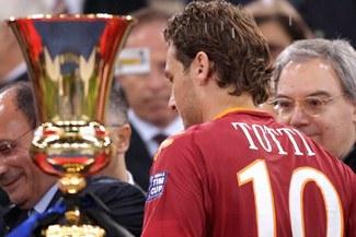 Vea la criminal patada de Totti a Balotelli