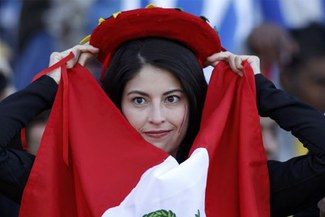 Perú en el Mundial: Una peruana flameó la bandera peruana