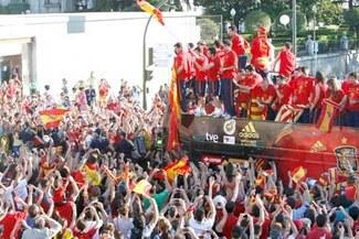 "¡Espectacular!: Toda España salió a las calles para saludar a la ""Furia Roja"""