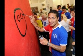 Paolo Guerrero realizó obras de bien social con el Hamburgo