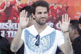 Aún lo quieren: El fichaje de Cesc Fábregas al Barcelona depende del dinero