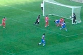 [VIDEO]: Arquero suplente salvó un gol mientras calentaba
