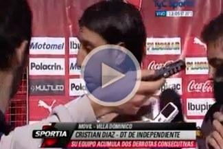 Video: Técnico de Independiente agarró a patadas a un perro en plena entrevista
