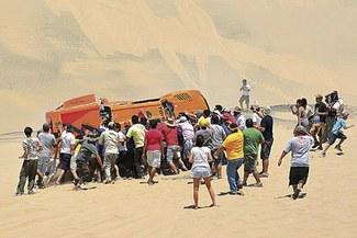 Recuerda el día que los peruanos ayudaron al gran Robby Gordon en el desierto [FOTOS]