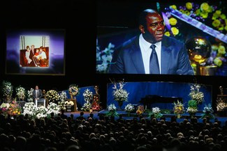 Leyendas de los Lakers rindieron homenaje al presidente Jerry Buss en su funeral