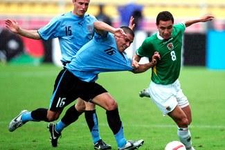 Uruguayos Maximiliano Pereira y Diego Pérez se perderán choque frente a Chile