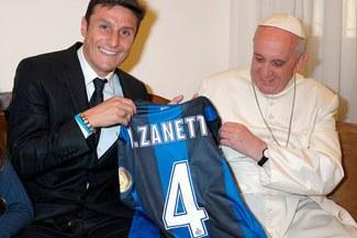 Javier Zanetti obsequió camiseta al papa Francisco I [FOTOS]