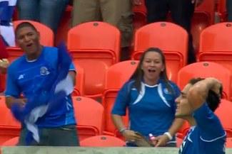 Dos 'bloopers' en una misma jugada en el partido entre El Salvador y Haití [VIDEO]