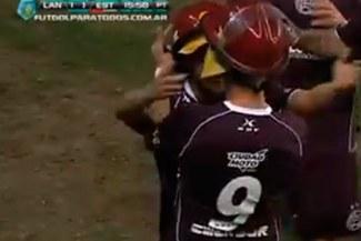 ¡Insólito! Jugadores le quitaron sus cascos a unos bomberos para celebrar su gol [VIDEO]