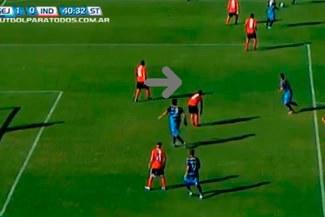 Independiente: Le marcaron golazo por defensa que prefirió arreglarse las medias antes que marcar [VIDEO]