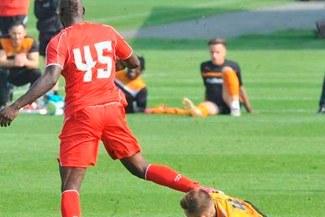 Mario Balotelli pateó cabeza de rival en pleno partido [FOTOS]