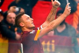 As Roma vs. Lazio: Francesco Totti celebró con una selfie el empate de los 'giallorossi' [VIDEO]