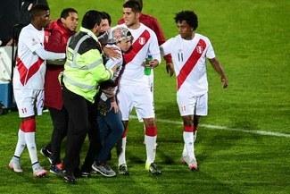 Selección Peruana: hincha ingresó a la cancha para pedirle la camiseta a Carlos Zambrano en la Copa América 2015