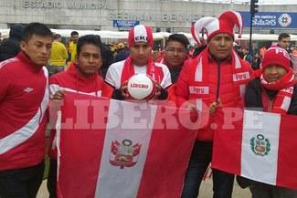 Perú: hinchas hicieron cánticos a la espera de la llegada de la selección al Estadio Germán Becker [FOTOS/VIDEO]