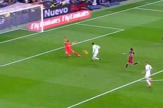 Real Madrid vs. Barcelona: Claudio Bravo evitó gol de Cristiano Ronaldo con espectacular atajada [VIDEO]