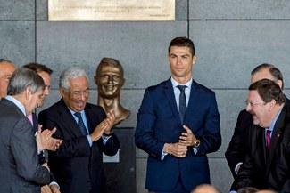 Líbero y Nike te regalan los nuevos botines Mercurial CR7 Capítulo 3.  Participa hasta el martes 04 de abril. • • •. Cristiano Ronaldo  Escultor  del busto ... b24f8dd768dcb