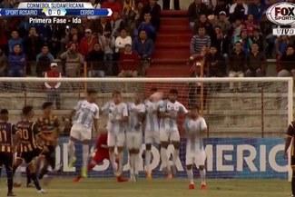 El espectacular tiro libre cobrado por Christofer Gonzáles que chocó en el palo [VIDEO]