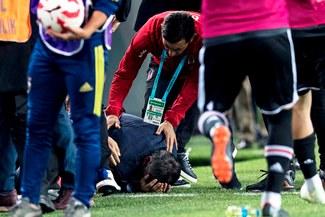 Entrenador de Besiktas fue agredido en el partido ante Fenerbahce [VIDEO]