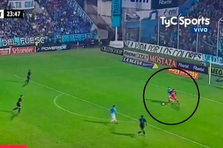 YouTube: arquero de Belgrano quiso salir jugando pero todo acabó mal [VIDEO]