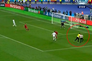 ¡INCREÍBLE! Un hincha invadió la cancha y evitó el gol de Cristiano Ronaldo [VIDEO]