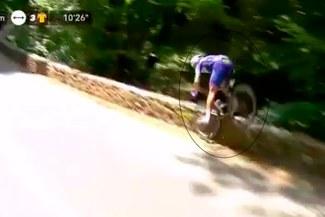 Tour de Francia: ciclista chocó contra muro y sufrió aparatosa caída [VIDEO]