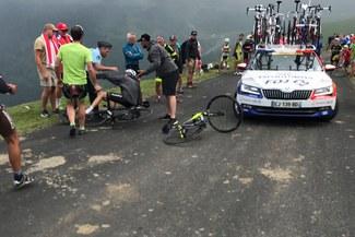 Tour de Francia se ve envuelto por un nuevo incidente: policía hace caer a ciclista [VIDEO Y FOTOS]