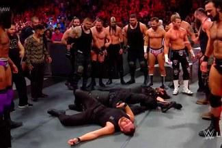 WWE RAW: The Shield fue atacado brutalmente por toda la división roja [VIDEO]