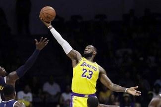 Lebron James y el balance de su debut en Lakers: ovación, un sensacional triple y una derrota [VIDEO]