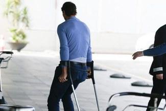 Rafael Nadal aparece apoyado de muletas en Barcelona