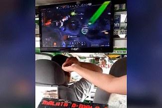 Facebook: cobrador instala monitor en combi y juega Dota 2 mientras da el vuelto a pasajeros [VIDEO]