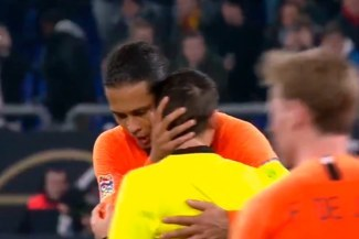 Virgil Van Dijk conmueve al consolar al árbitro del Holanda-Alemania por la muerte de su madre