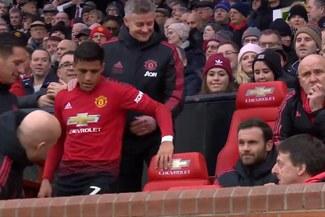 Alexis Sánchez y el incómodo momento que vivió en la banca de suplentes del Manchester United [VIDEO]