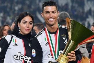 Cristiano Ronaldo y su terrible golpe a su hijo tras recibir trofeo de la Serie A  VIDEO