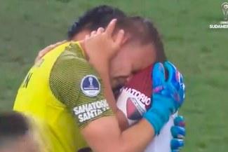 Copa Sudamericana: La razón detrás del efusivo abrazo entre el 'Pulga' Rodríguez y el arquero Burián   VIDEO
