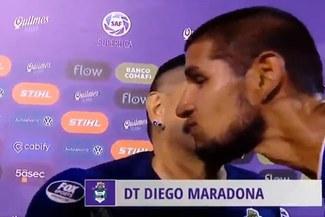 Maradona besó a Luis Abram tras el Gimnasia-Velez