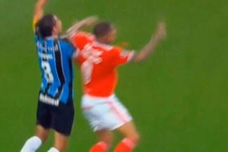 Paolo Guerrero se salvó de ver la roja por este codazo sobre jugador de Gremio [VIDEO]