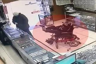 Con pistola en los pies: hombre sin brazos asalta una tienda [VIDEO]