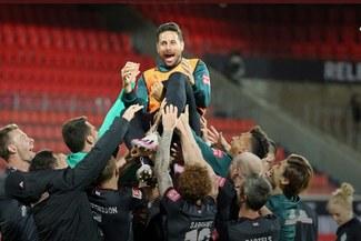 ¡Orgullo peruano! Claudio Pizarro recibió homenaje del Werder Bremen