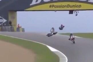 Hermano de Valentino Rossi sufrió brutal caída en Moto2 – VIDEO