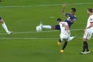 Renato Tapia intentó bloquear un remate, pero terminó en el gol de la remontada de Sevilla - VIDEO