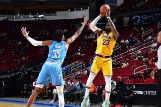 Lakers venció 117-109 a Rockets en un gran partido de LeBron James por NBA