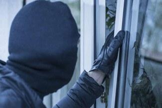 Ladrones salen corriendo de una casa al descubrir que el dueño tenía COVID-19