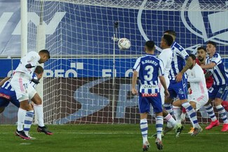 Benzema y Hazard guían al Real Madrid a la victoria sobre Alavés
