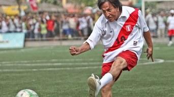 05aef51c316545 Alejandro Toledo y el día que vistió la camiseta de la Selección Peruana en  la cancha   Foto: Composición