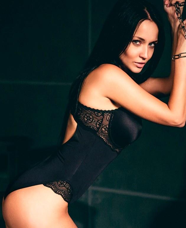 Angelina Petrova hace infartante sesión de fotos para salvar a su equipo de la quiebra