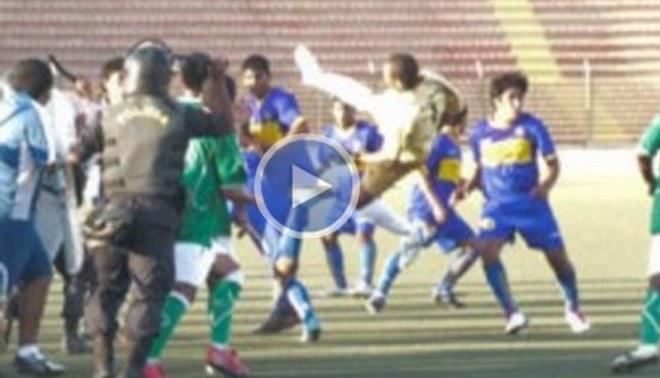 Video: Jugadores desatan batalla campal en partido de la Copa Perú