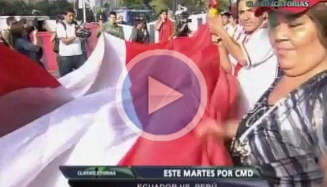 Hinchada peruana recibió a la selección con una súper bandera