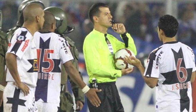 Árbitro Carlos Vera, el mismo que le robó a Alianza Lima en la Copa del 2010, dirigirá el Bolivia - Perú